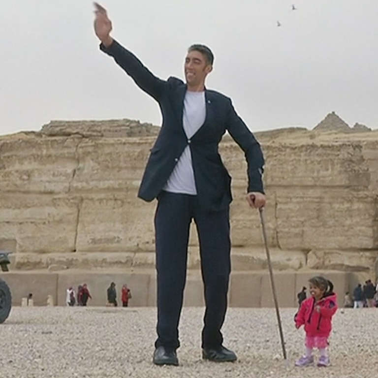 tallest man and shortest woman have photoshoot at pyramids