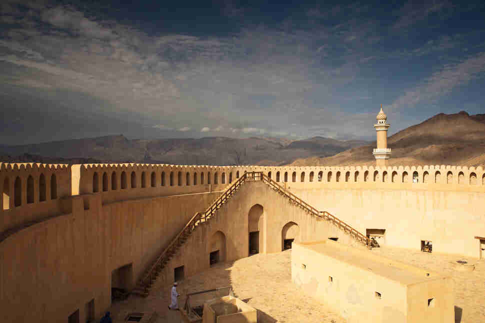 nizwa fort and mountains