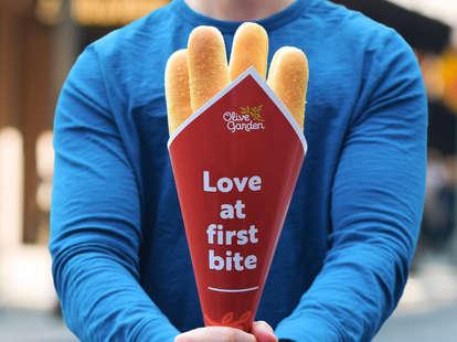 olive garden valentines valentine's day bread stick breadsticks bouquet gift promotion love