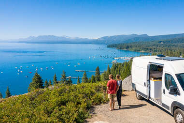 couple regardant le lac tahoe