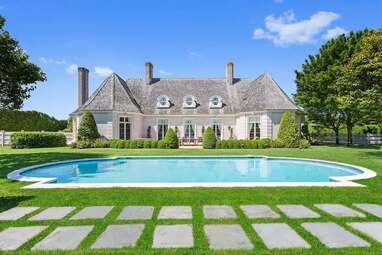 A gorgeous Hamptons estate close to the ocean