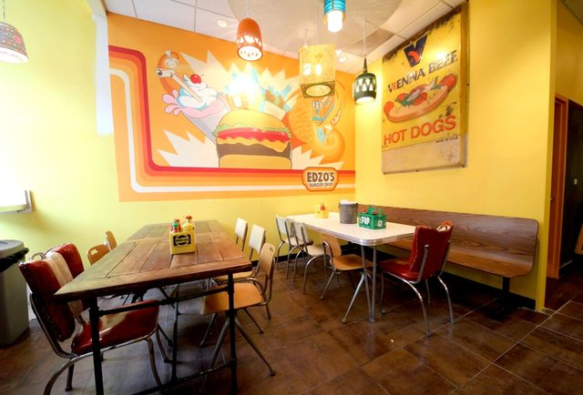 A big-time burger joint on Lincoln