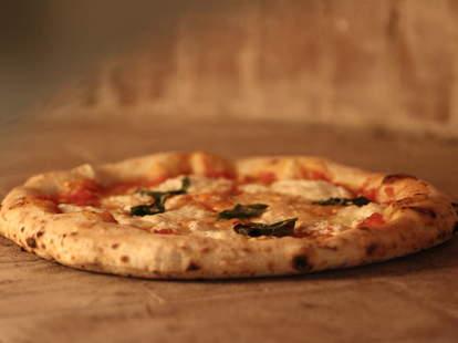 A fresh margherita pizza
