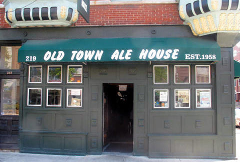 The exterior of Old Town Ale House in Chicago