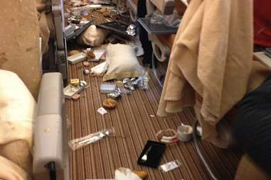 singapore airlines meal turbulence aisle