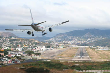 plane landing at tegucigalpa