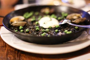 Arros Negre black paella