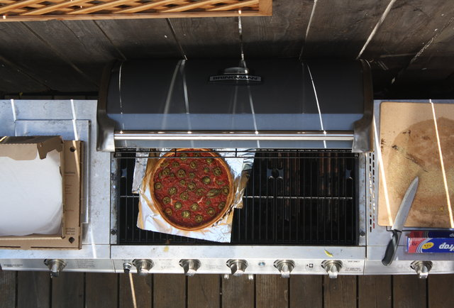 How to BBQ a pizza using just a piece of tin foil and a beer