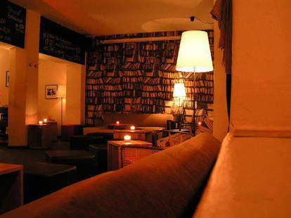Bookshelf and couch in Niederlassung